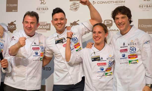 Flanqueados por Martín Berasategui y Jordi Cruz, Álvaro Salazar y su ayudante María Cano celebran su triunfo como vencedores del Concurso Cocinero del Año 2018