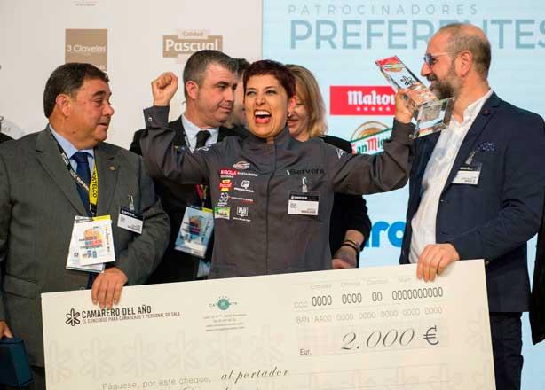 Ángela Marulanda celebra feliz su triunfo en el Concurso Camarero del Año