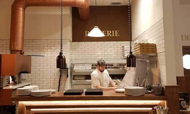 Trabajando en la cocina de una pizzería de La Piemontesa
