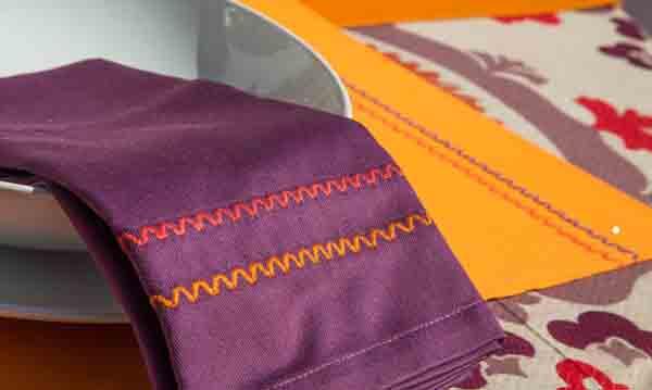 Mantelería de Resuinsa en ultravioleta contrastando con colores vivos