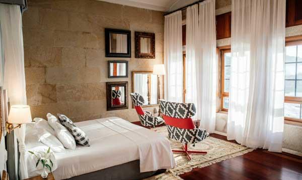 Una de las acogedoras suites del Parador de Baiona, vestida por Resuinsa