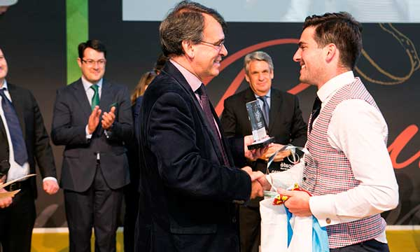 Marcos González recibe en Hostelco 2018 el trofeo que le acredita como Mejor barista de España