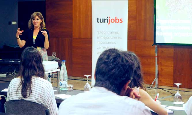 Alicia Palomares impartiendo una de las ponencias de Think Talent