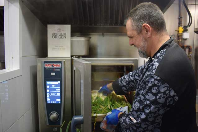 El chef Sergi Campdepedros introduce los calçots en el SelfCookingCenter