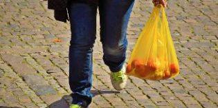 Guerra al plástico: a partir del 1 de julio se han de cobrar las bolsas; luego se reducirán el menaje y las pajitas