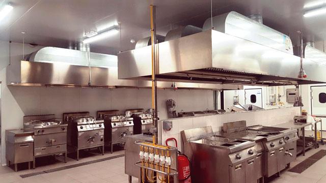 La zona de cocción y preparación de comidas de la cocina central de Compass Group en Tenerife