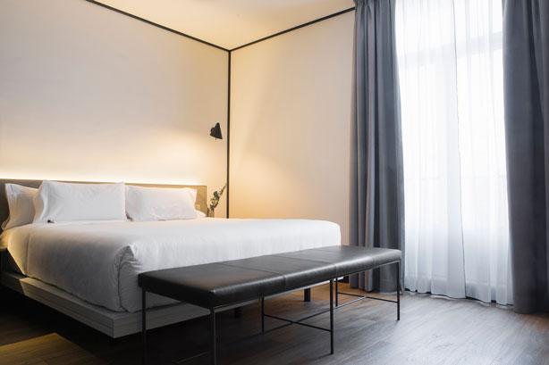 Habitación, de look minimalista, del hotel Icon Embassy