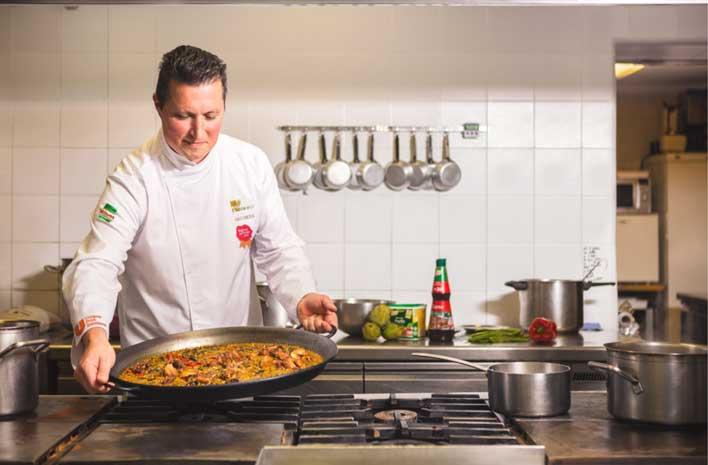 Chef de Unilever cocinando arroz