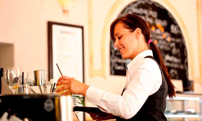 Camarera en un bar