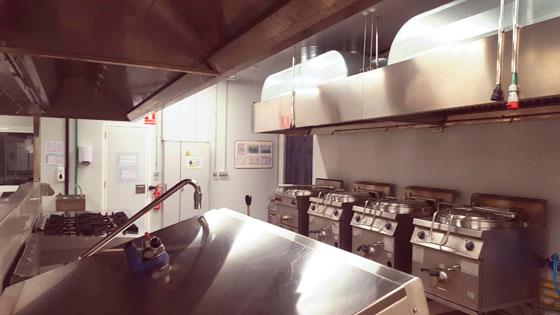 Marmitas de presión Thermaline de Electrolux en la cocina central de Compass en tenerife