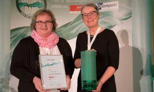 Babette Schmidt, directora de Comunicación (izda.), y Gabriele Nolte, directora comercial para Alemania, Austria y Suiza (dcha.), recogen el Premio a la Sostenibilidad para Erlenbacher