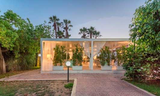 La terraza-comedor de este hotel italiano, formada con seis pérgolas bioclimáticas Gennius Kedry Prime