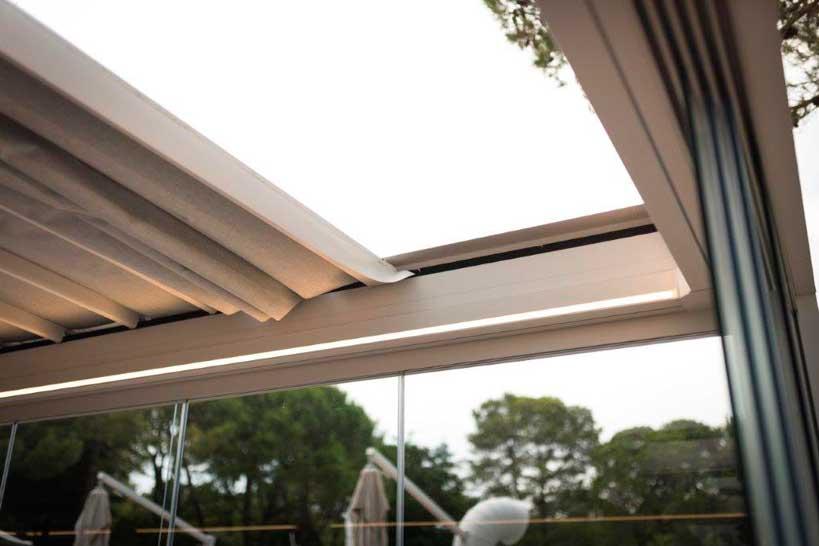 La pérgola dispone de iluminación Led y cortinas