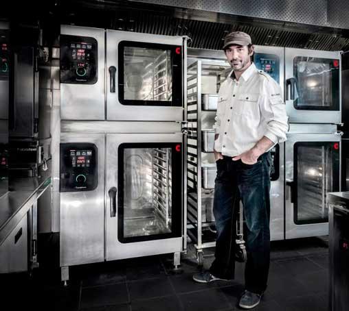 Paul Pairet ante los hornos Convotherm 4 en la cocina de su restaurante