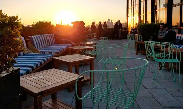 Vistas únicas al skyline neoyorquino desde los sillones Oliva en verde pastel de Isimar
