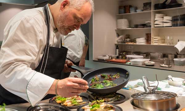 Xavier Pellicer cocinando