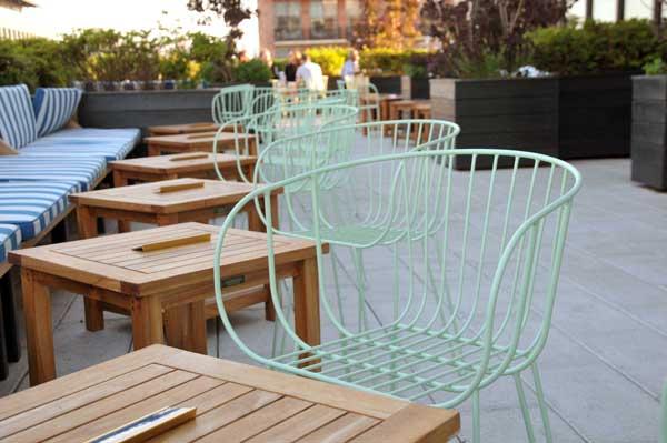 Los sillones Olivo de Isimar en una terraza de hotel en Nueva York