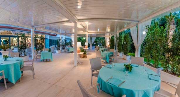 La terraza del hotel Sentido Acacia Marina Palace, cubierta con pérgolas Gennius