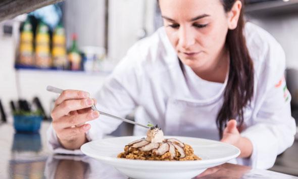 Sara preparando su arroz cremoso con shiitake y presa ibérica con mayonesa de foie