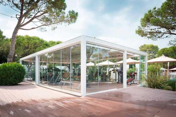 El gimnasio transparente del camping Village Dei Fiori, hecho con una pérgola Gennius