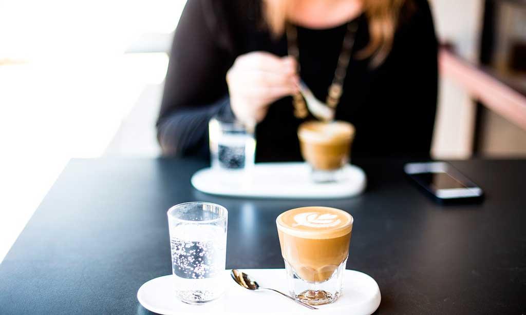 Tomando café en una cafetería