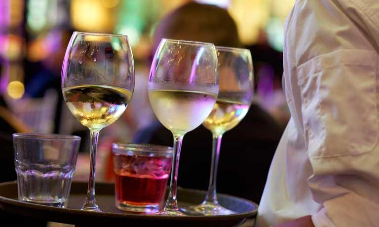 Camarero llevando bebidas