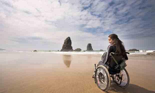 Persona con discapacidad en una playa