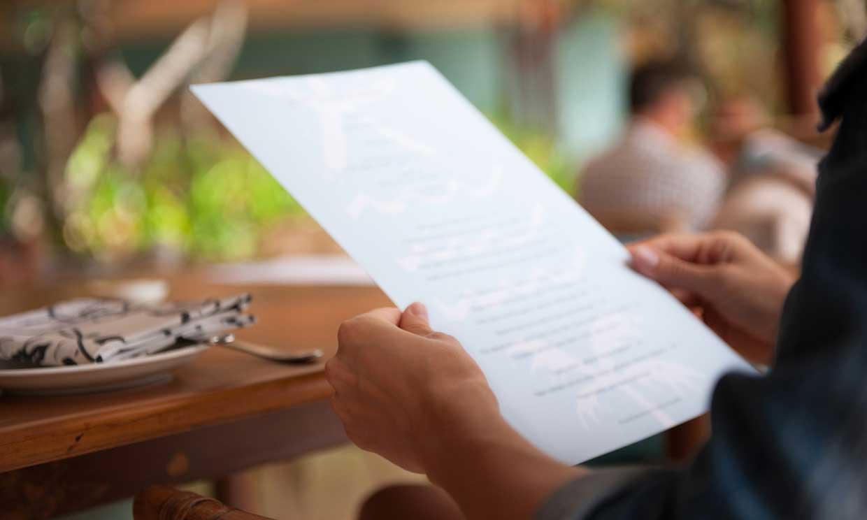 Mirando la carta en un restaurante - Profesional Horeca