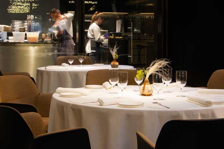 Mesa vestda en el restaurante Cocina Hermanos Torres. Profesional Horeca