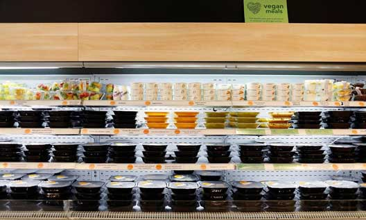 Platos en estanterías en una tienda Tento - Profesional Horeca