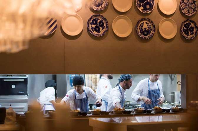 Cocina vista del restaurante Àtic