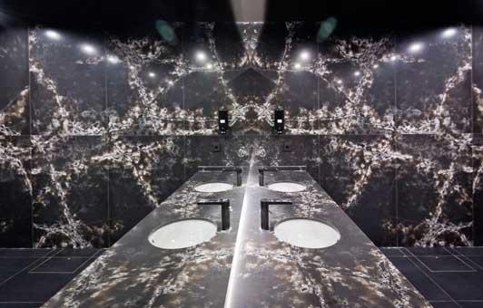 Revestimiento Ice Black de Cpmpac en baños del club Azza - Profesionalhoreca