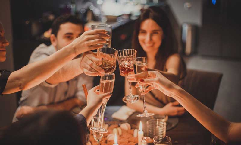comida de amigos  - cena - brindis - ElTenedor - Profesionalhoreca