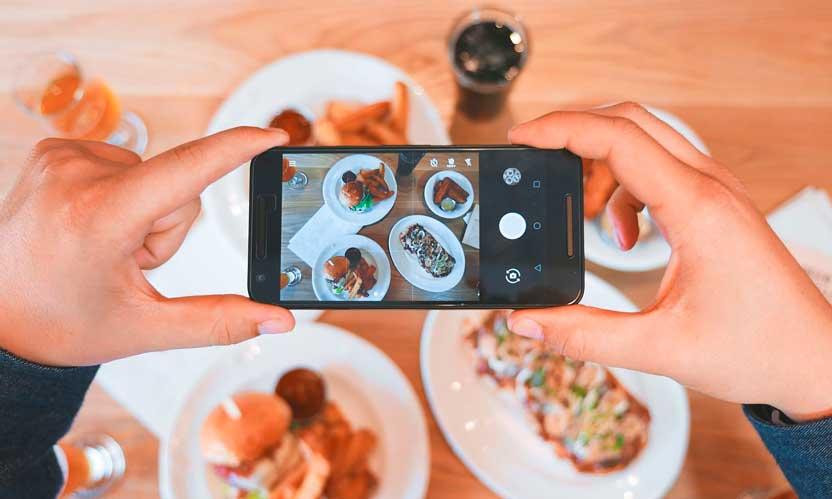 Profesionalhoreca, fotografiando comida en un restaurante con el móvil