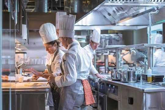 Profesionalhoreca, chefs trabajando en una cocina profesional
