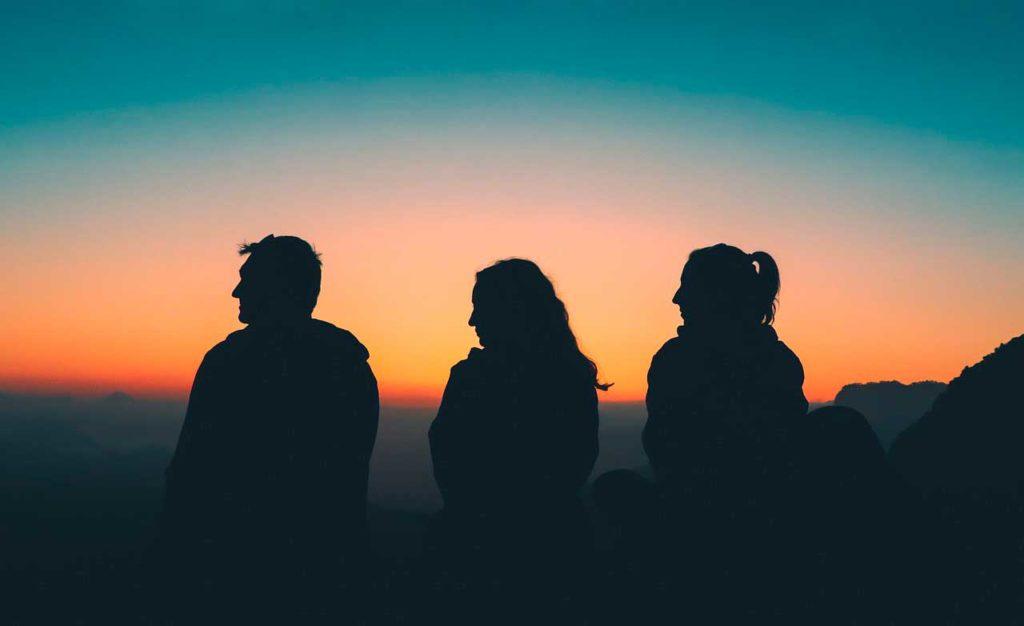 profesionalhoreca, turistas contemplando el paisaje en una puesta de sol