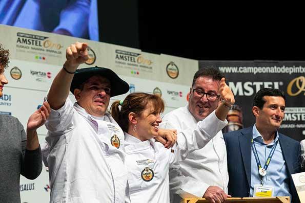 Profesionalhoreca, los campeones de Danako al recibir el primer premio, XIV Campeonato de Pintxos Amstel Oro - Euskal Herriko XIV Pintxo Txapelketa