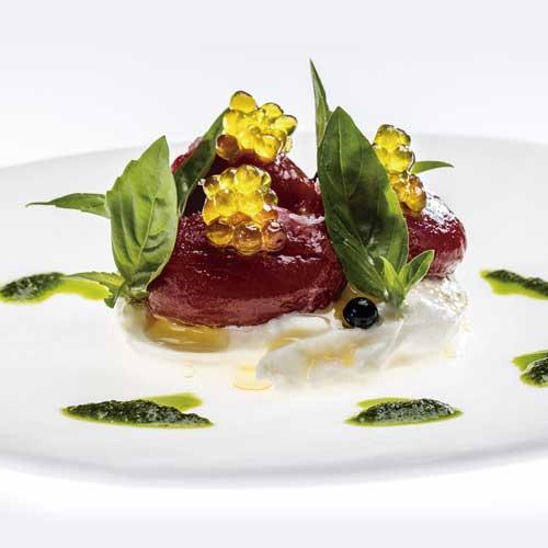 Profesionalhoreca, receta del restaurante Disfrutar: Burrata con tomate confitado y Caviaroli de albahaca