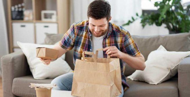 profesionalhoreca, comiendo comida preparad de delivery en casa