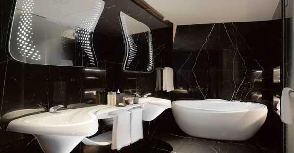 Profesionalhoreca, mármol negro y sanitarios únicos de líneas sinuosas en los baños de las habitaciones
