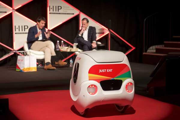 Profesionalhoreca, el robot de reparto Yape junto a Patrick Bergareche y Marius Robles, en HIP 2020