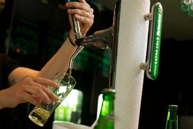 profesionalhoreca, tirando cerveza Heineken