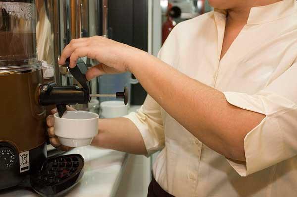 Profesionalhoreca, camarera poniendo un café