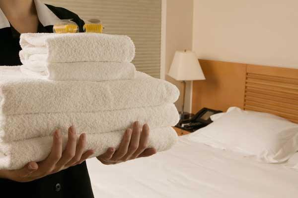 Profesionalhoreca, camarera de pisos con tallas en habitación de hotel