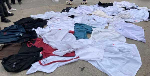 Profesionalhoreca, chaquetillas de cocinero en el suelo, frente al Congreso de Diputados