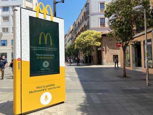 Profesionalhoreca, mupi de McDonalds en la calle para hacer pedidos por voz