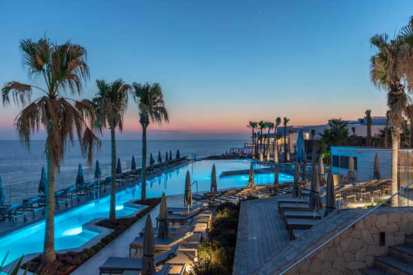 Profesionalhoreca, piescina infinita del resort 7Pines Kempinski Ibiza