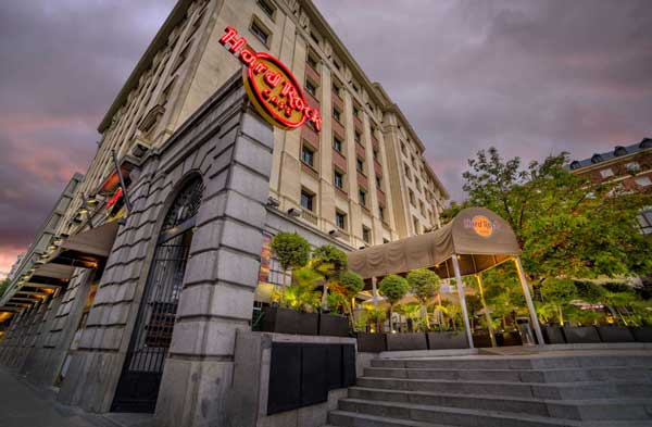 Profesionalhoreca, fachada de Hard Rick Café de Madrid, en la Plaza de Colón