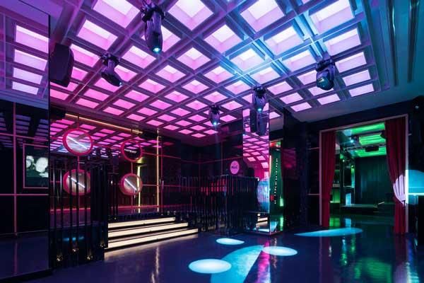 Profesionalhoreca, sala rosa  y pista de baile de Pastrami Club, proyecto de Paco Lago Interiorismo