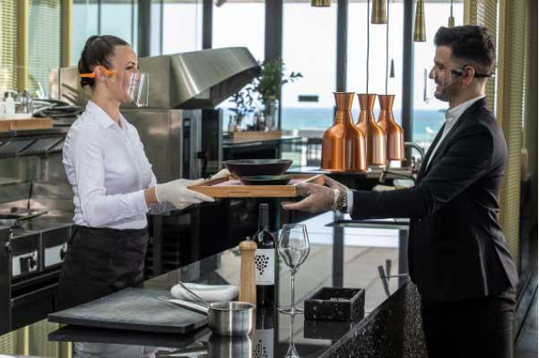 Profesionalhoreca, personal del restaurante La Sucursal con pantallas Safe Smile